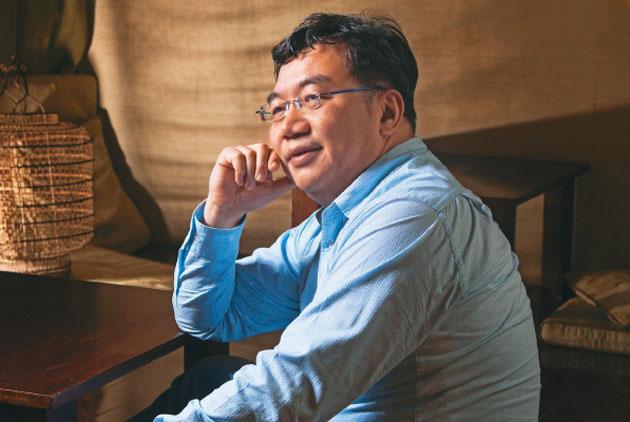 王浩威:社群媒體Up、景氣Down,大家轉身面對不完美
