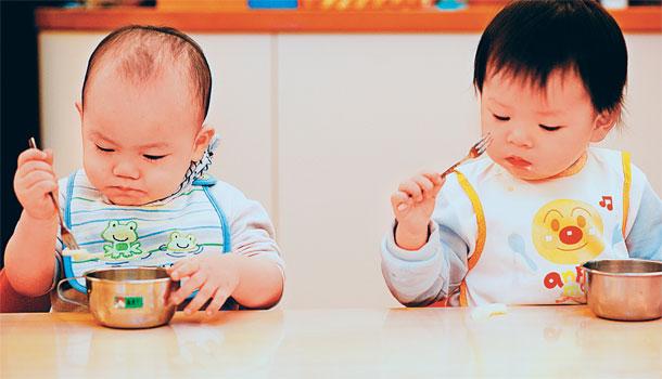 母亲喂宝宝吃饭手绘图