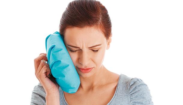 牙本質是由許多微細小管稱為「牙本質小管」所構成,管內有成齒質細胞突,與牙髓神經連結,對外界來的刺激產生疼痛;如果因為一些特殊原因,使牙本質沒有受到琺瑯質保護而外露,當受到刺激(尤其是吃較冷或冰的食物時),牙本質小管中的液體流動,進而牽扯牙髓末梢神經,牙齒就會有酸痛的感覺。 另外就是因牙周病造成牙根結構慢慢流失,牙齒周圍的牙齦萎縮,牙根裸露而造成敏感情形;老化牙齦也會輕微萎縮,牙根外沒有琺瑯質保護,一旦外露就出現敏感牙。 蛀牙只要補好,注意清潔,敏感的情形就可改善。但牙根的敏感稍微複雜。台灣牙周病醫學會前理