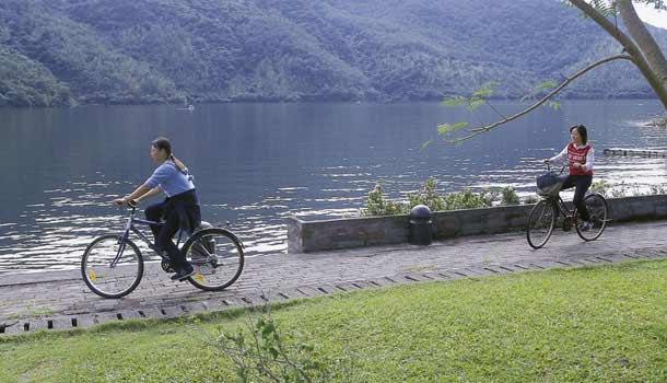 距花蓮市車程約30分鐘的鯉魚潭是花蓮最大的內陸湖泊。湖的東邊是鯉魚山,鯉魚潭正是以此山為名。 湖的西岸山坡上矗立著許多東部原住民心中的最高學府玉山神學院,這裡是台灣基督長老教會的教育機構之一,長久以來培養許多原住民神職人員,為體制外的東台灣原住民教育貢獻心力。 鯉魚潭與中央山脈之間是族群交會的地帶,三個方位共有三個不同族群一起生活在此。以文蘭國小為中心,北邊的池南村是漢人社區;學校以西、在中央山脈山腳下的米亞丸村,居住的是泰雅族人;以東的池南村居住的則是阿美族人。附近的原住民部落銅門鄉,出產登山界中最負