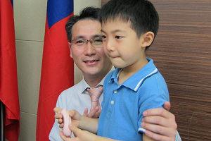 兒子腸病毒重症復原 鄭運鵬示範消毒水泡