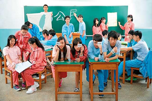 金華國中公民課:思辨時事  找出「我」的意見