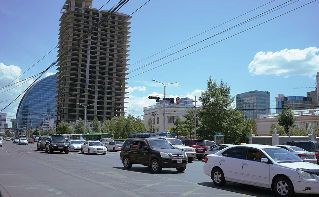 左駕和右駕並行上路?日本油電車征服首都?──烏蘭巴托的交通奇景,你意想不到的「蒙古邏輯」