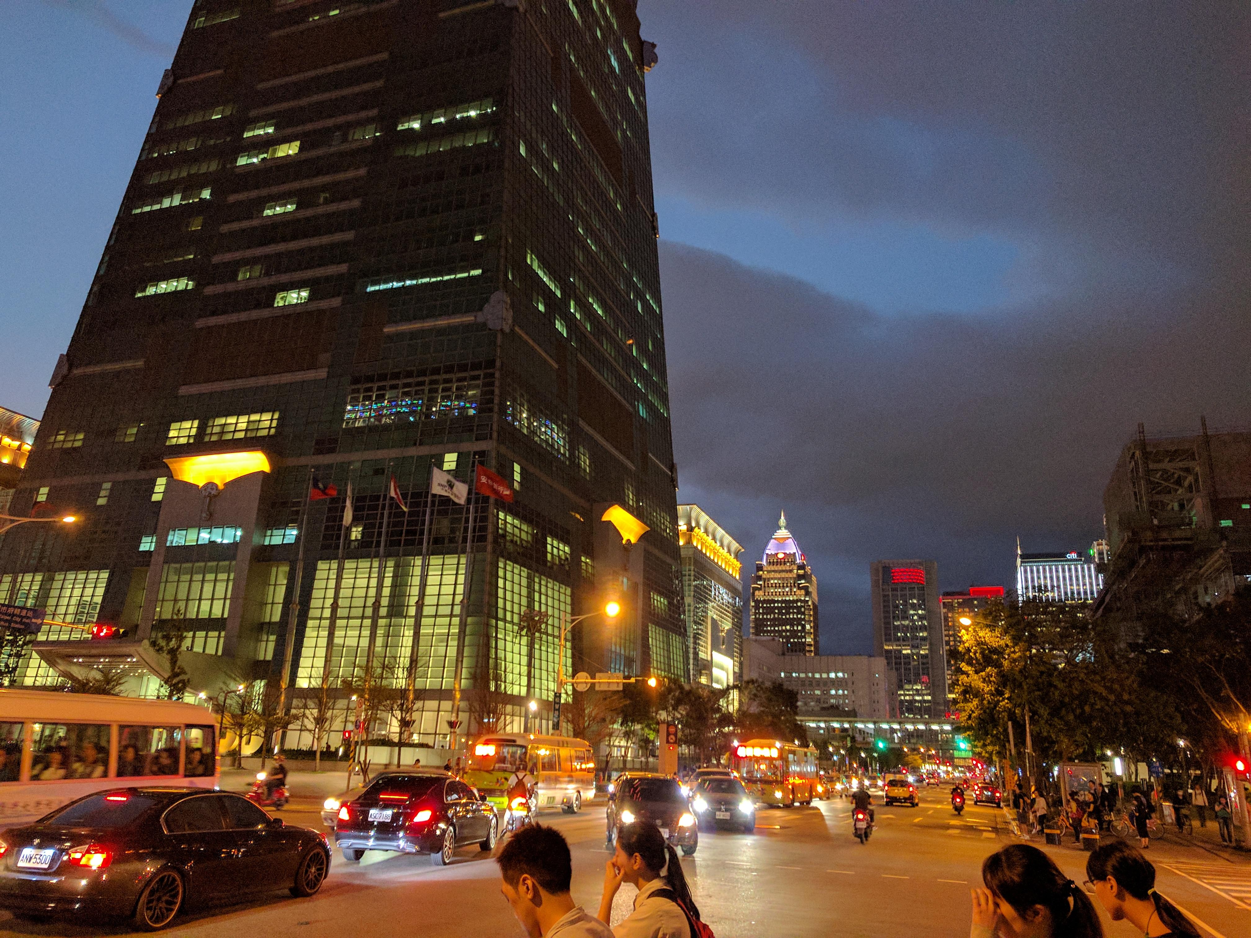 燈火通明的台北,人們彼此的心靈要如何交流?
