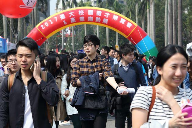 【數據看天下】72萬海外工作台灣人 年輕人增加,中壯年減少