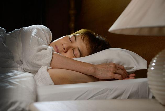 不開冷氣睡不著? 8個訣竅幫助入眠