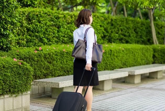 努力過頭的女生,包包通常很大----背幾公...