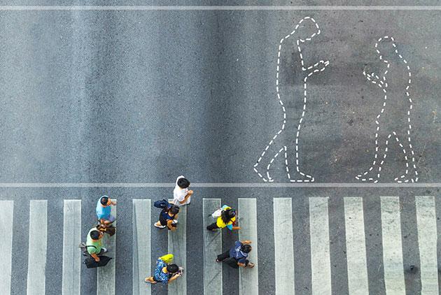 邊走路邊看手機要罰款!這個城市開全球第一槍