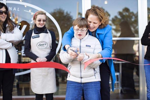支持身障員工 暖心咖啡店老闆娘獲頒CNN年度英雄