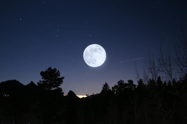 如果不斷地折一張紙,要折幾次才會碰到月亮?|天下雜誌
