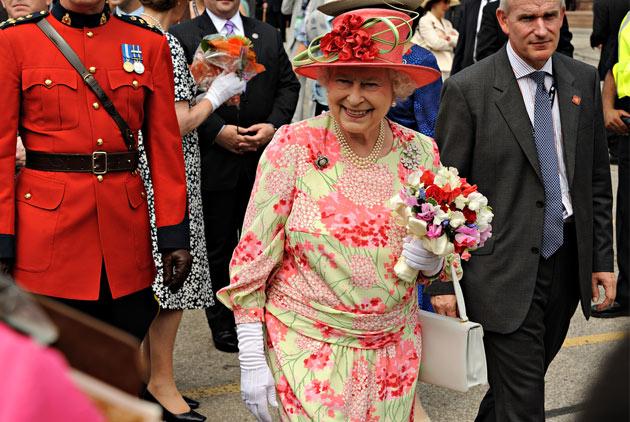 英國女王的手提包裡裝什麼?