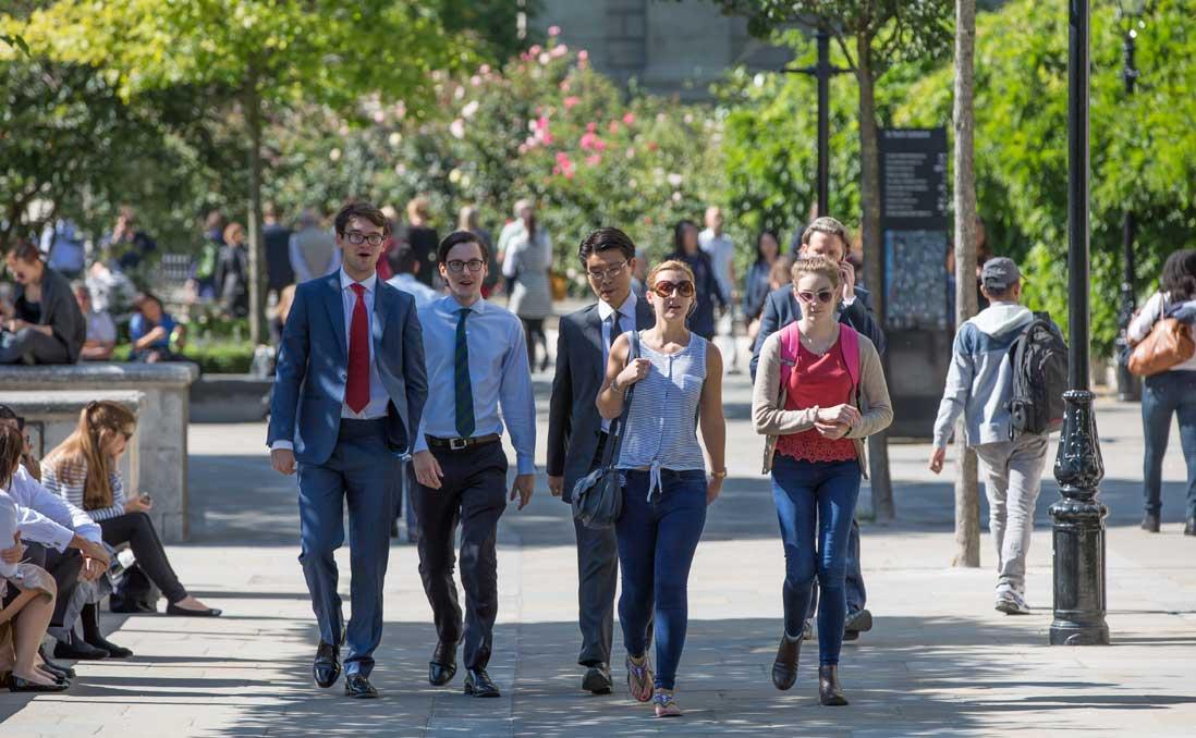 英國、台灣大不同:社交與求職,別「誤觸雷區」