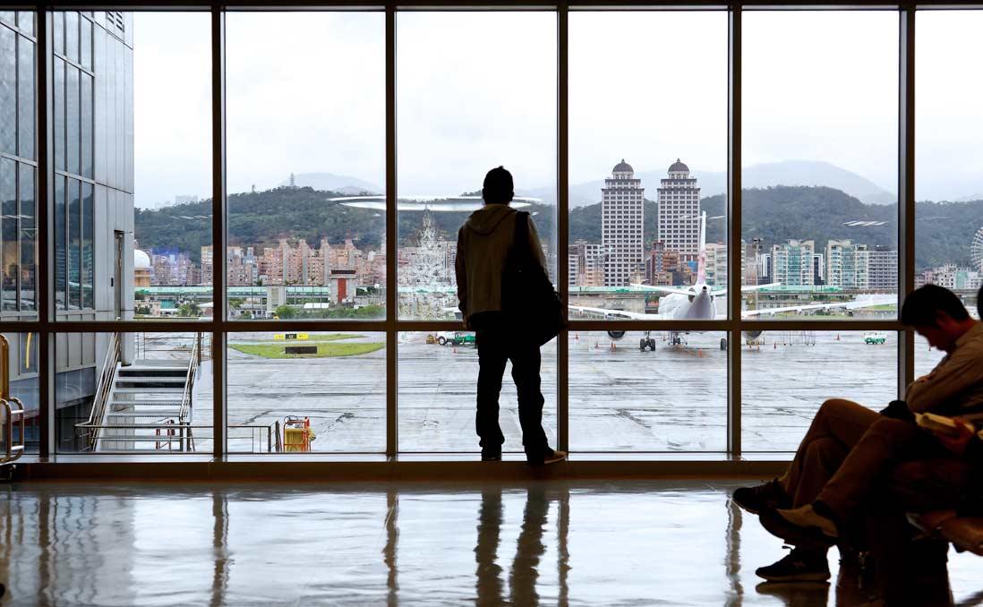 若在台灣待不下去,出國也無法解決你的悲觀──唯有看清現實,才能獲得自由