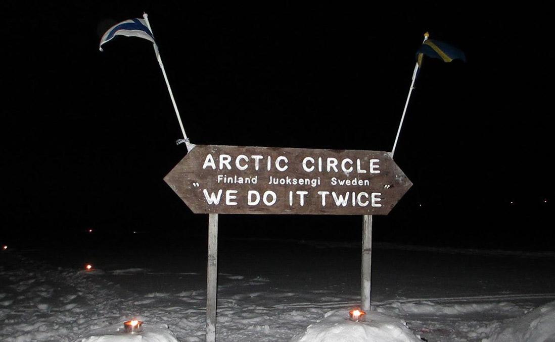 冰河中央。由於立牌坐南朝北,所以如此標示瑞典和芬蘭方向