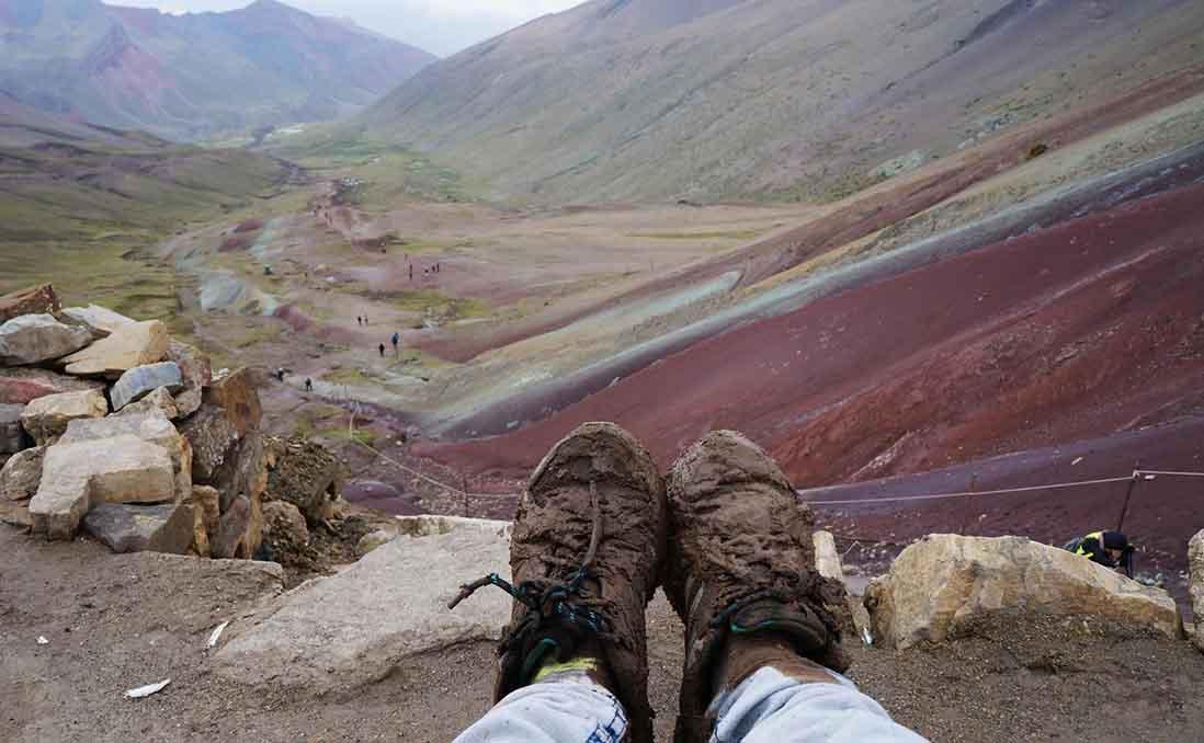 為了登上「祕魯彩虹山」而滿身泥濘。圖/張凱絲 提供
